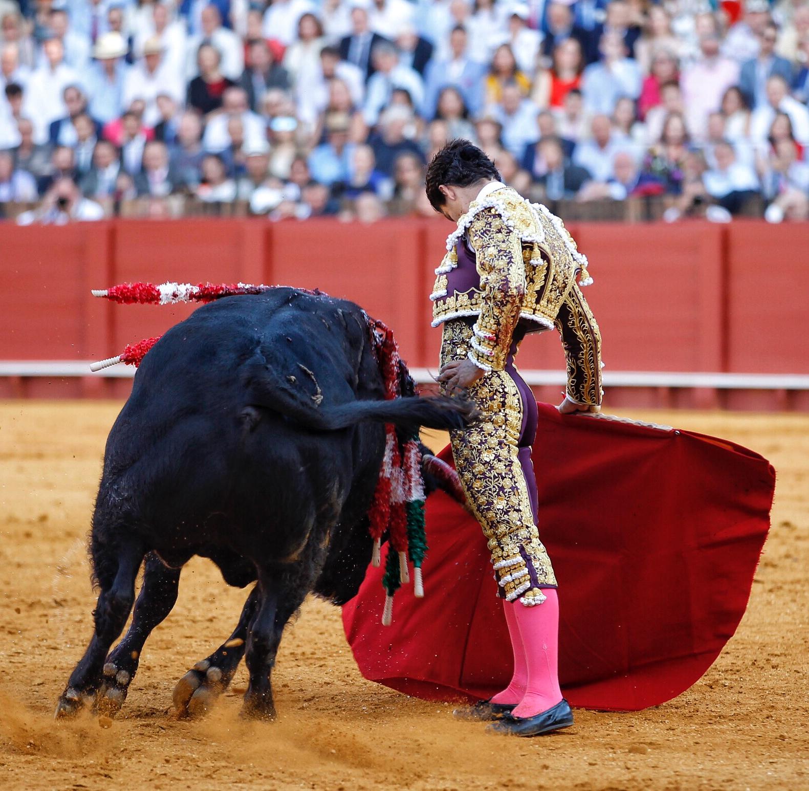Pablo Aguado cut four ears and out the door Prince – Feria de Abril