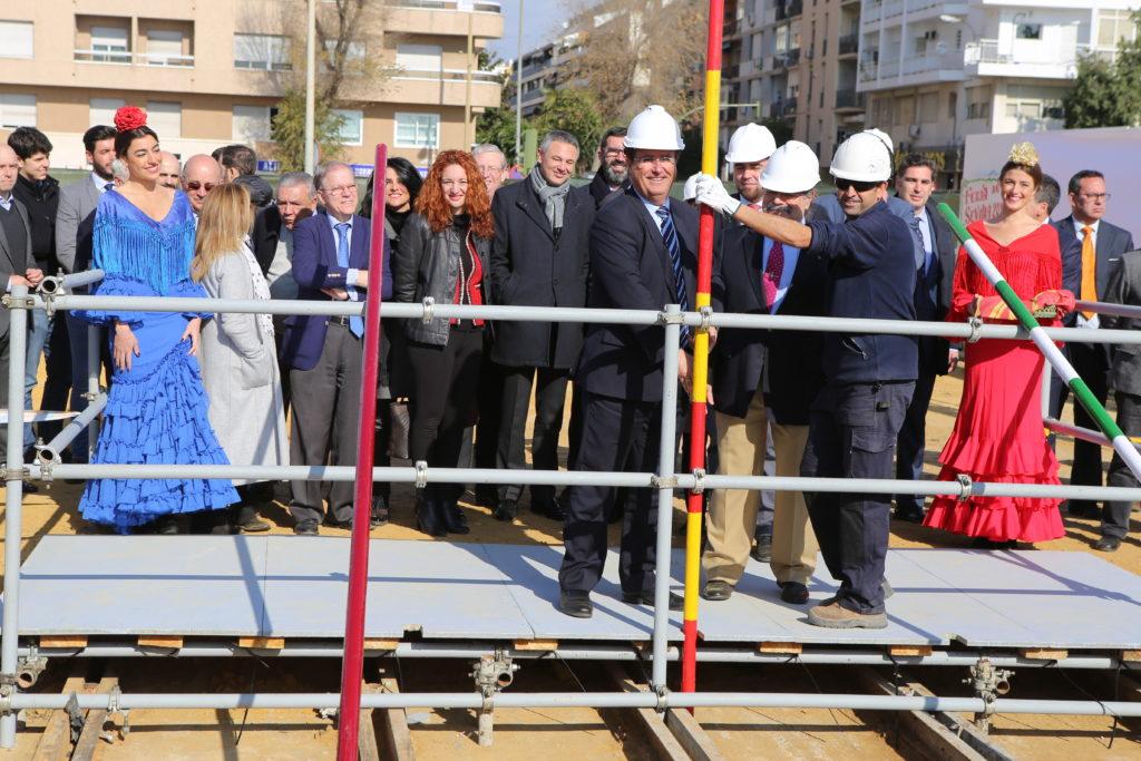 Colocado el primer tubo de la Portada de la Feria de Abril de Sevilla 2017